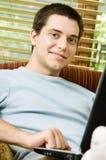 Muchacho adolescente en la computadora portátil en el país Imagen de archivo libre de regalías