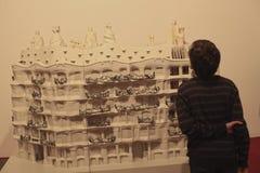 Muchacho adolescente en la exposición de Gaudi de la arquitectura Foto de archivo libre de regalías