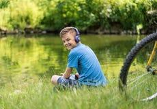 Muchacho adolescente en la orilla del lago Fotos de archivo