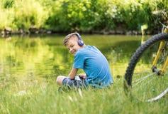 Muchacho adolescente en la orilla del lago Fotografía de archivo
