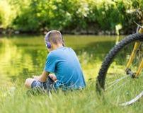 Muchacho adolescente en la orilla del lago Imagen de archivo