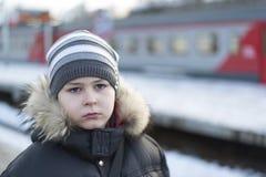 Muchacho adolescente en la plataforma del fondo del tren Fotografía de archivo libre de regalías