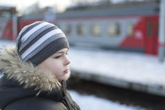 Muchacho adolescente en la plataforma del fondo del tren Fotos de archivo libres de regalías