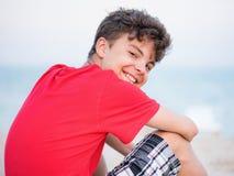 Muchacho adolescente en la playa Foto de archivo libre de regalías