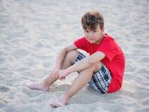 Muchacho adolescente en la playa Fotografía de archivo libre de regalías