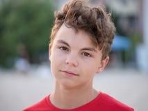 Muchacho adolescente en la playa Foto de archivo