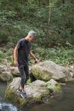 Muchacho adolescente en naturaleza en las orillas de un río Fotos de archivo libres de regalías