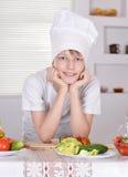Muchacho adolescente en sombrero de los cocineros Imagenes de archivo