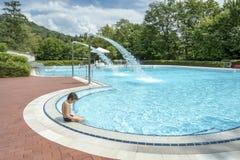 muchacho adolescente en una piscina Imagen de archivo libre de regalías