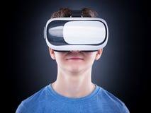 Muchacho adolescente en vidrios de VR Fotografía de archivo
