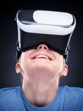 Muchacho adolescente en vidrios de VR Imágenes de archivo libres de regalías