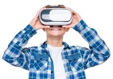 Muchacho adolescente en vidrios de VR Fotos de archivo libres de regalías