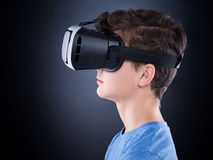 Muchacho adolescente en vidrios de VR Foto de archivo