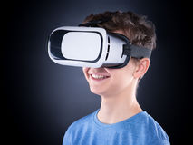 Muchacho adolescente en vidrios de VR Imagen de archivo