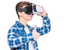 Muchacho adolescente en vidrios de VR Fotografía de archivo libre de regalías