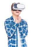 Muchacho adolescente en vidrios de VR Imagen de archivo libre de regalías