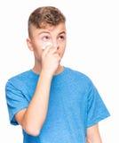 Muchacho adolescente enfermo con gripe Imágenes de archivo libres de regalías