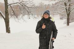 Muchacho adolescente feliz con el esquí en parque de la nieve del invierno Fotos de archivo