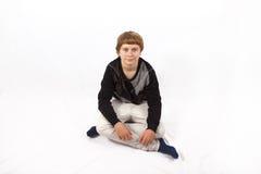 Muchacho adolescente feliz elegante que presenta en estudio Fotos de archivo