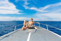 Muchacho adolescente feliz en gafas de sol en el yate Mar tropical en el b Imagen de archivo libre de regalías