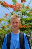 Muchacho adolescente feliz en parque Imagen de archivo libre de regalías