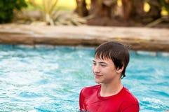 Muchacho adolescente feliz en piscina con el espacio de la copia Fotos de archivo libres de regalías