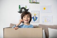 Muchacho adolescente feliz que juega a juegos del pirata Foto de archivo libre de regalías