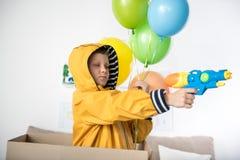 Muchacho adolescente feliz que prueba su nuevo juguete Imagen de archivo libre de regalías