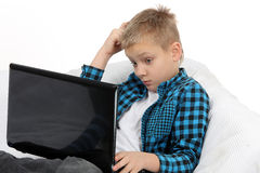Muchacho adolescente hermoso con el ordenador portátil Foto de archivo libre de regalías