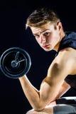 Muchacho adolescente hermoso con pesa de gimnasia Imágenes de archivo libres de regalías