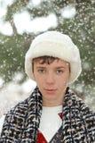 Muchacho adolescente hermoso en el sombrero de piel blanco Imagen de archivo
