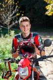 Muchacho adolescente hermoso en equipo del motocrós Fotos de archivo