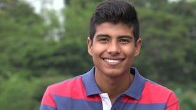 Muchacho adolescente hermoso que sonríe en parque Imagen de archivo