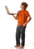 Muchacho adolescente joven con el ordenador Fotografía de archivo
