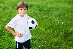 Muchacho adolescente joven en el terreno de juego en equipo de fútbol Fotos de archivo libres de regalías
