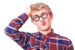 Muchacho adolescente joven en vidrios del empollón. Fotos de archivo libres de regalías