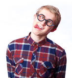 Muchacho adolescente joven en vidrios del empollón. Fotos de archivo