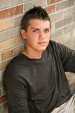 Muchacho adolescente joven hermoso con el pelo moderno Fotos de archivo libres de regalías