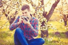 Muchacho adolescente joven hermoso con la cámara Imágenes de archivo libres de regalías