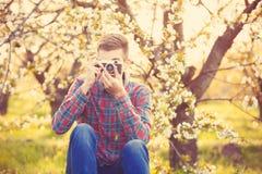 Muchacho adolescente joven hermoso con la cámara Fotografía de archivo libre de regalías