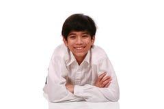Muchacho adolescente joven hermoso que miente en suelo Imágenes de archivo libres de regalías