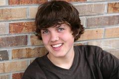 Muchacho adolescente joven hermoso sonriente Imágenes de archivo libres de regalías