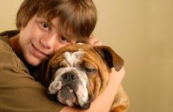 Muchacho adolescente joven y dogo Foto de archivo