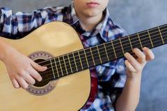 Muchacho adolescente lindo con la guitarra Imagen de archivo libre de regalías