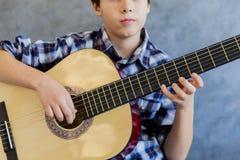 Muchacho adolescente lindo con la guitarra Fotografía de archivo