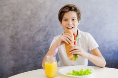 Muchacho adolescente lindo que desayuna sano en casa Fotografía de archivo