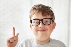 Muchacho adolescente listo en vidrios Foto de archivo