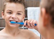 Muchacho adolescente que cepilla sus dientes Fotos de archivo libres de regalías