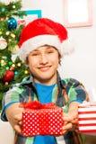 Muchacho adolescente que da un presente Foto de archivo libre de regalías