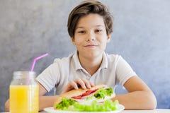 Muchacho adolescente que desayuna en casa Imágenes de archivo libres de regalías